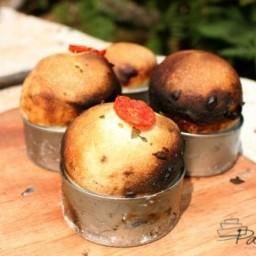 Broodjes uit blik met oregano, olijf en tomaat