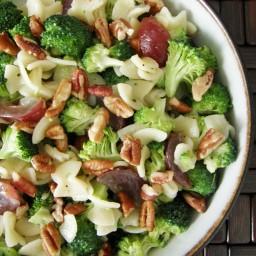 Ensalada de pasta con brócoli, uvas y nuez
