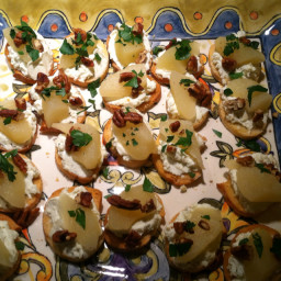 Gorgonzola Pear Toasts
