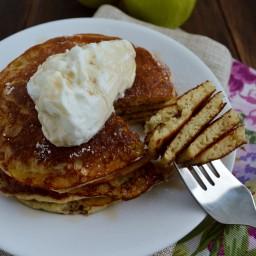 Hot cakes o panquecas de manzana y yogurt