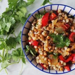 Maaltijd lunch met geroosterde uien en paprika