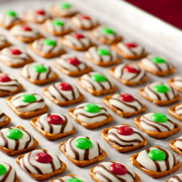 Print Pretzel M&M Hugs {Christmas Style}