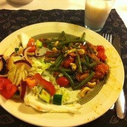 Spicy salmon with green beans, cherry tomatoes, cashew nuts & garlic