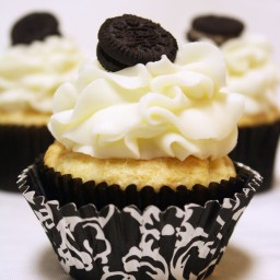 White Chocolate Oreo Cream Filled Cupcakes {Recipe!}