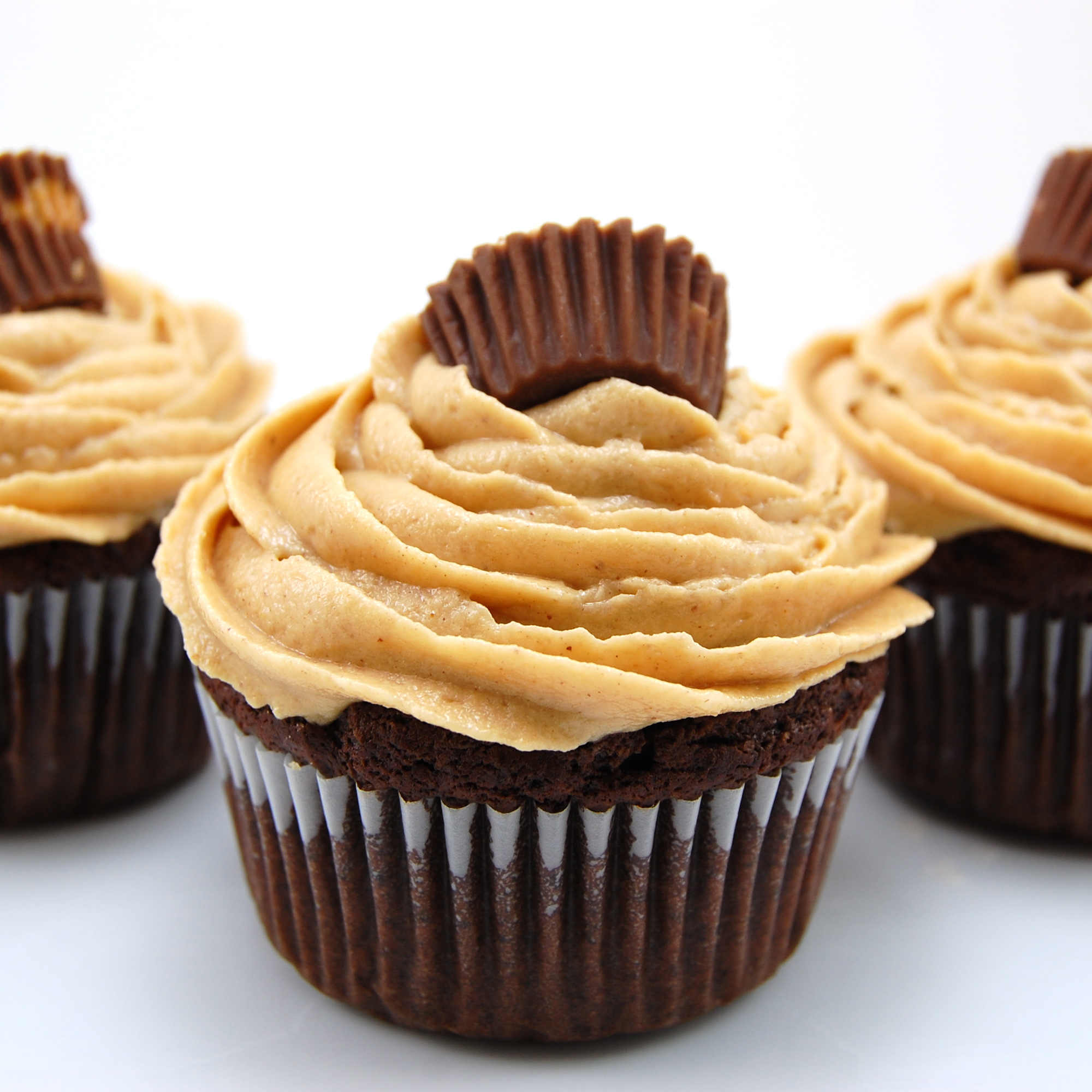 Chocolate Peanut Butter Cup Cupcakes with Peanut Butter Buttercream ...